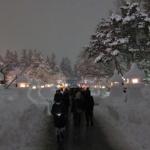雪で作った灯篭は、冬のおきたまを幻想的に照らすんだっし!